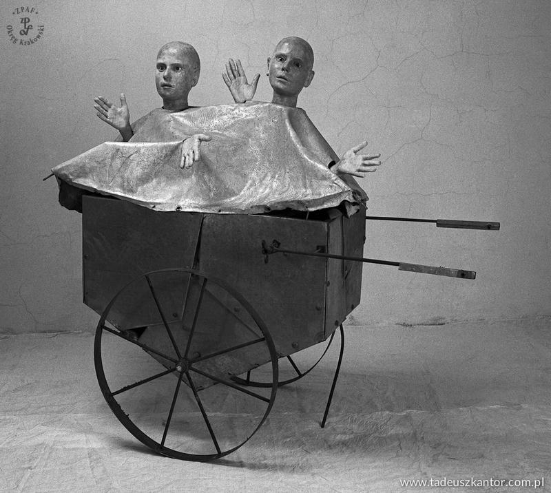 Dzieci w wózeku na śmieci